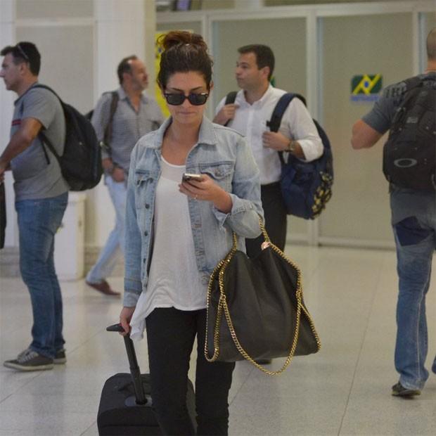 Aeroporto Santos Dumont Telefone : Fernanda paes leme circula em aeroporto sem deixar celular