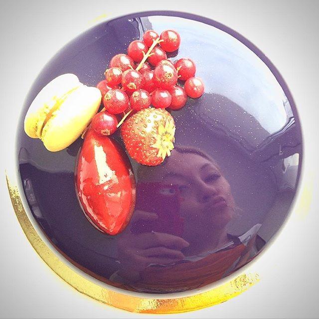 Confeiteira ainda aproveita as superfícies perfeitas e espelhadas de seus bolos para fazer selfie (Foto: Reprodução)