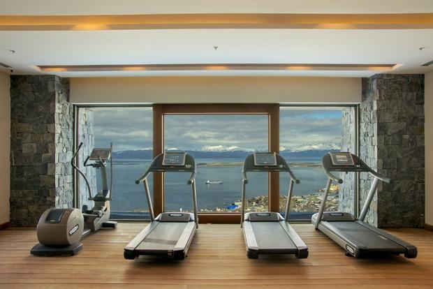 A academia do hotel também tem vista panorâmica para Ushuaia (Foto: Divulgação)