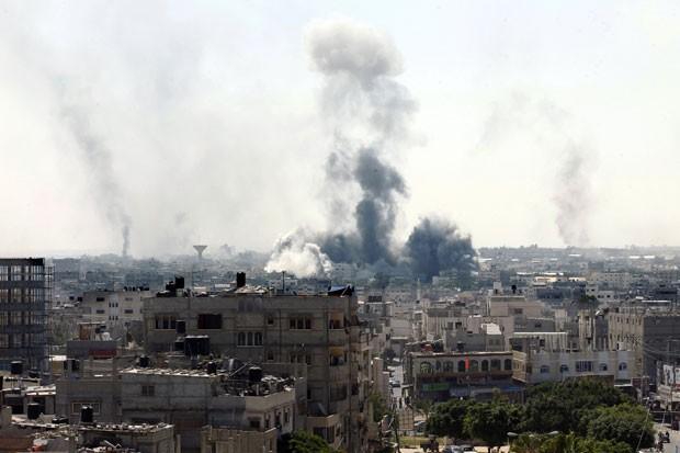 Fumaça é vista sobre prédios após ataque em Rafah, no sul da Faixa de Gaza, nesta sexta-feira (1º). Segundo médicos, um bombardeio israelense matou 8 pessoas na região após o início de um cessar-fogo humanitário nesta manhã (Foto: Said Khatib/AFP)