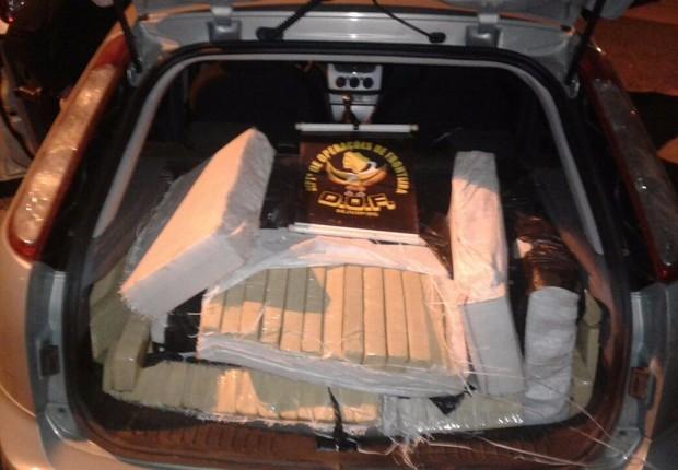 Carregamento de 262 quilos de maconha estava na traseira de um carro na fronteira com o Paraguai (Foto: Divulgação/DOF)