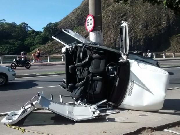 Motorista bate em poste e fica ferido na Curva do Saldanha em Vitória (Foto: Roberto Pratti/TV Gazeta)