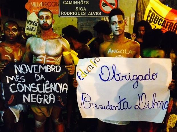 Um dia após a assinatura de um termo de compromisso por parte da empresa que realiza o Fashion Rio, a Luminosidade, e a Defensoria Pública do Rio de Janeiro, recomendando uma cota de 10% de modelos negros nos desfiles, um grupo de cerca de 40 artistas e m (Foto: Giovana Sanchez / G1)