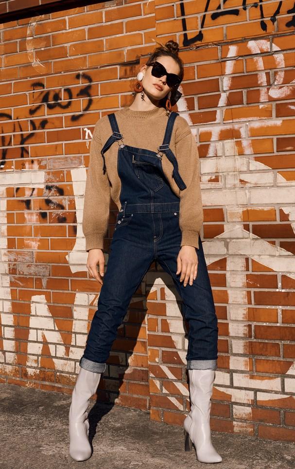 Macacão jeans com botas é o que há (Foto: Eduardo Bravin)