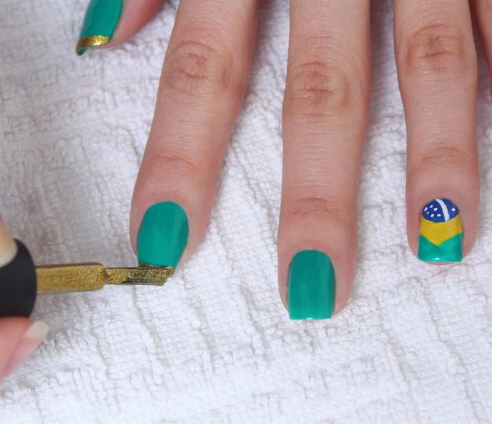 Para dar um toque especial, finalize fazendo uma francesinha com esmalte dourado nas unhas pintadas de verde (Foto: Arquivo pessoal)