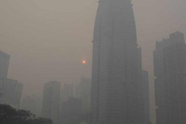 Fumaça encobre prédios de Cingapura e o Sol nesta sexta-feira (21) (Foto: Joseph Nair/AP)