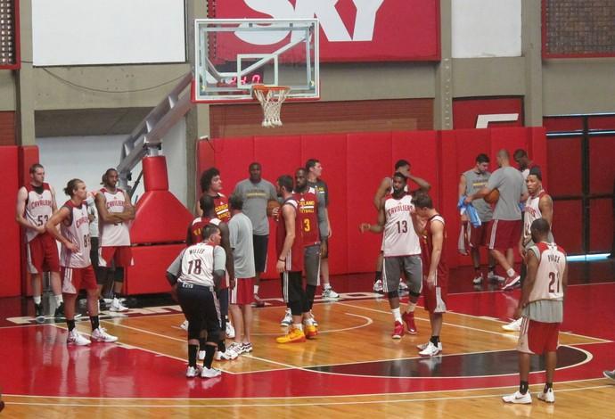 Lebron, Varejão e os demais jogadores do Cleveland participam de treino no ginásio do Flamengo (Foto: Fabio Leme)
