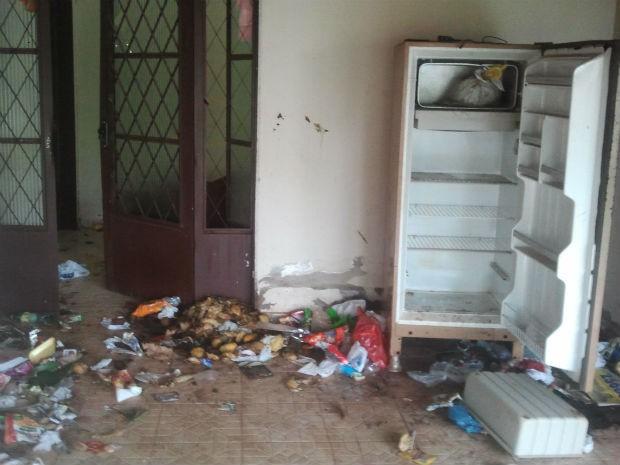 Na casa havia uma geladeira vazia e lixo, de acordo com conselheira (Foto: Fernando da Mata/G1 MS)