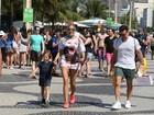 Adriane Galisteu e o marido levam o filho para conferir jogo de vôlei no Rio