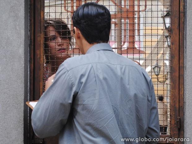 Amélia vai atrás de Franz na Fundição, mas Porfírio não a deixa entrar (Foto: Joia Rara/ TV Globo)