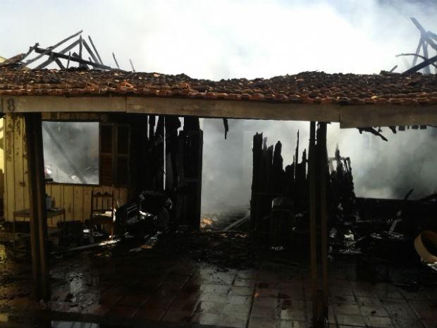 Bombeiros encontraram materiais recicláveis espalhados pela casa que foi consumida pelas chamas (Foto: Wilson Del Passo/RPC TV Noroeste)