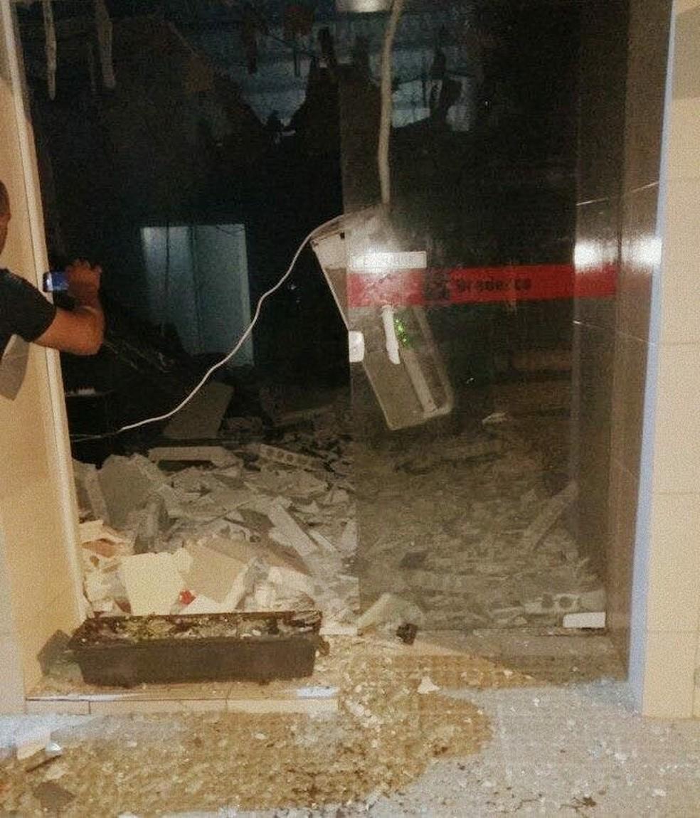 Cerca de oito homens explodiram o posto de atendimento do Banco Bradesco em Riacho das Almas (Foto: Divulgação/Polícia Militar)