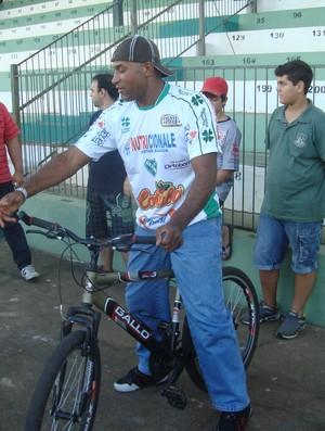 Viola anda de bike durante apresentação ao Tanabi (Foto: Marcos Lavezo)