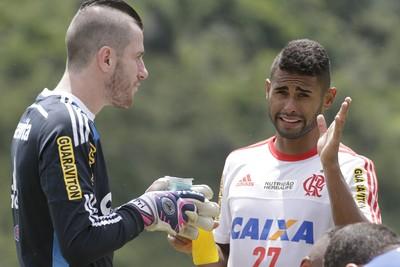 Pv e Kayke no Recife (Foto: Gilvan de Souza/ Flamengo Oficial)