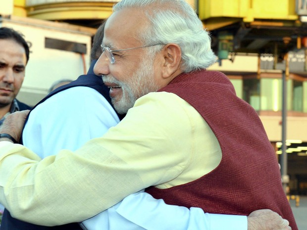 Os primeiros-ministros do Paquistão, Nawaz Sharif (esquerda), e da Índia, Narendra Modi, se abraçam em Lahore, no Paquistão, na sexta (25) (Foto: AFP Photo/ Press Information Department )