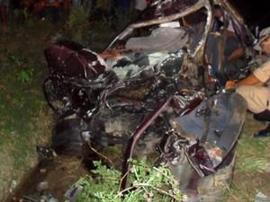 Segundo PRF, veículo de passeio teria invadido contramão (Foto: Divulgação / PRF)