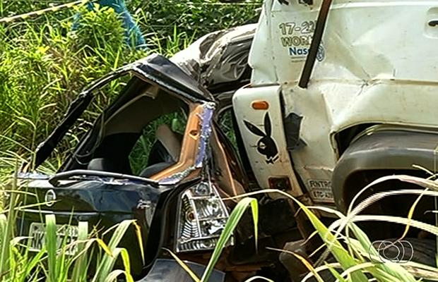 Veículo de passeio colidiu de frente contra carreta na GO-422 (Foto: Reprodução/TV Anhanguera)