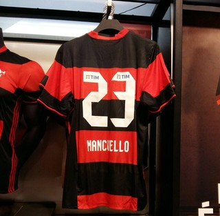 Novas camisas do Flamengo na loja oficial do clube (Foto: Gustavo Rotstein)