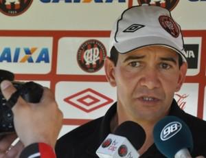 Pedrinho Maradona, técnico do sub-18 do Atlético-PR (Foto: Divulgação/Site oficial do Atlético-PR)