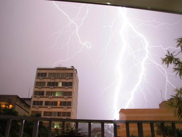 Raios na Tijuca durante o temporal (Foto: Marcos Estrella/ TV Globo)