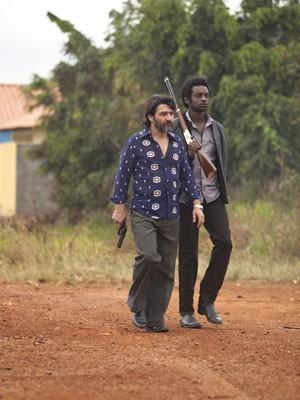 Os atores César Troncoso, que interpreta Pablo, e Fabrício Boliveira, que interpreta João do Santo Cristo, em cena de 'Faroeste caboclo';   (Foto: Divulgação)