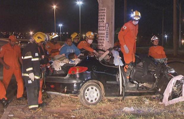 Bombeiros trabalham no resgate das vítimas de acidente na DF-085 (Foto: TV Globo/Reprodução)
