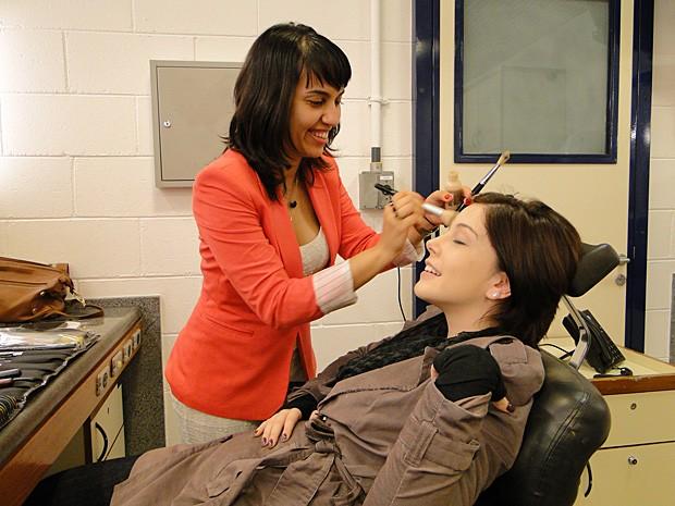 Vanessa Brito faz uma maquiagem suave em Bia Arantes (Foto: Malhação / TV Globo)