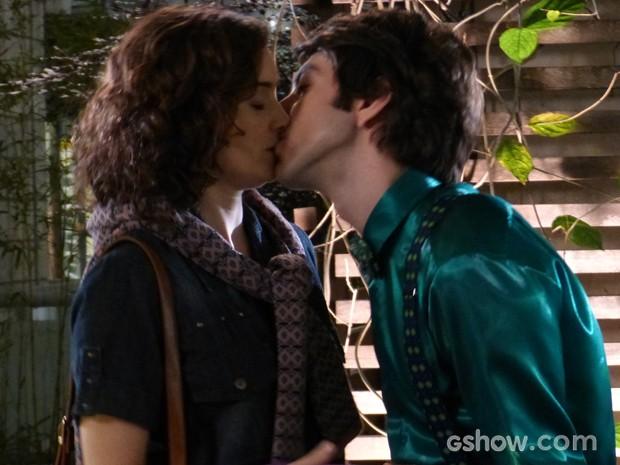 Lara leva docinho para Shin e recebe um beijo do coreano (Foto: Geração Brasil/TV Globo)