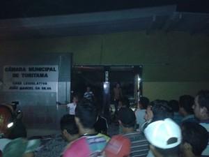 Câmara de Vereadores também foi alvo de vandalismo (Foto: Divulgação/Internauta)