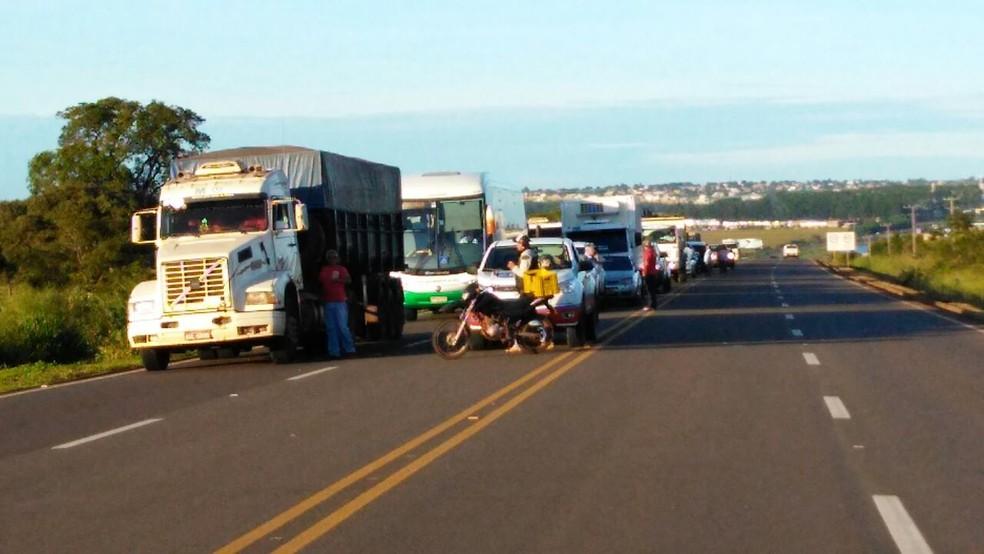 Congestionamento causado pelo bloqueio de indígenas na BR-163, em Jaraguari (MS) (Foto: Osvaldo Nóbrega/ TV Morena)