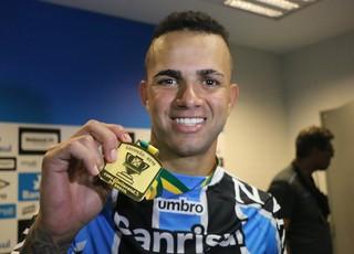 Luan Grêmio medalha título Copa do brasil (Foto: Eduardo Deconto / GloboEsporte.com)