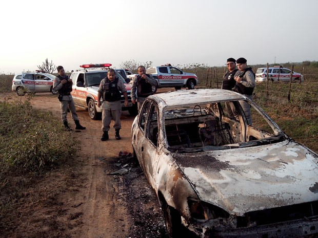 Carro usado na fuga foi encontrado em São José da Mata (Foto: Divulgação/ Polícia Militar)