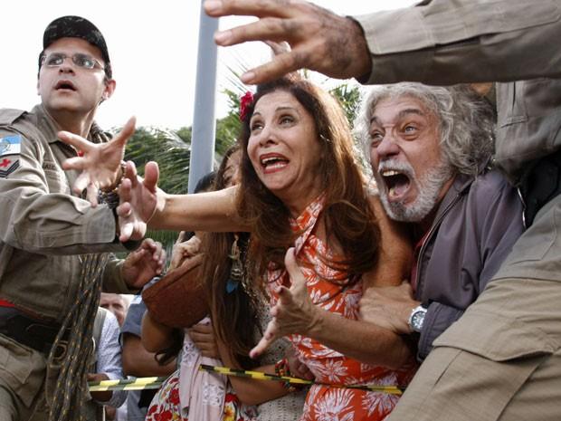 Carmem e Zé ficam desesperado ao verem a filha à beira de um suicídio (Foto: Amor Eterno Amor/TV Globo)