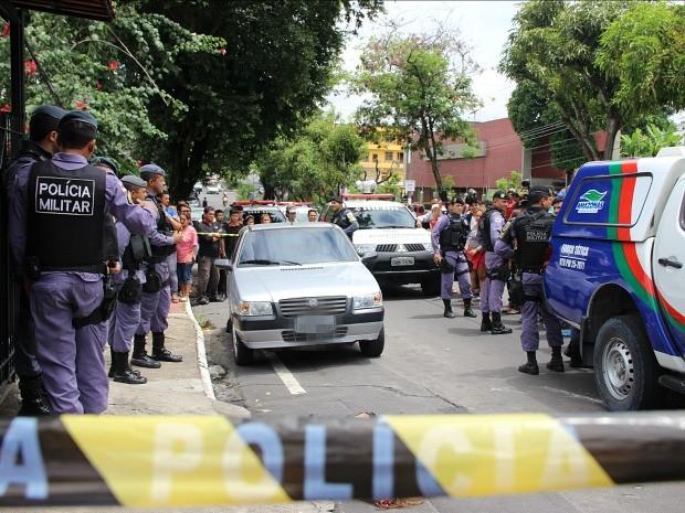 Uma pessoa foi morta na rua e outra dentro de carro, na Cachoeirinha (Foto: Girlene Medeiros/G1 AM)