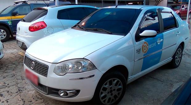 Suspeito foi preso transportando a arma em um táxi com placas de Recife (Foto: Divugação/PF)