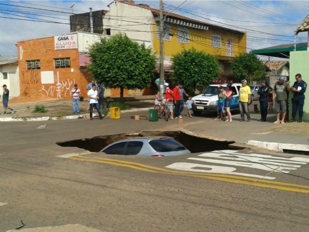 Carro foi engolido após asfalto ceder e cratera se abrir (Foto: Flávia Galdiole/ TV Morena)