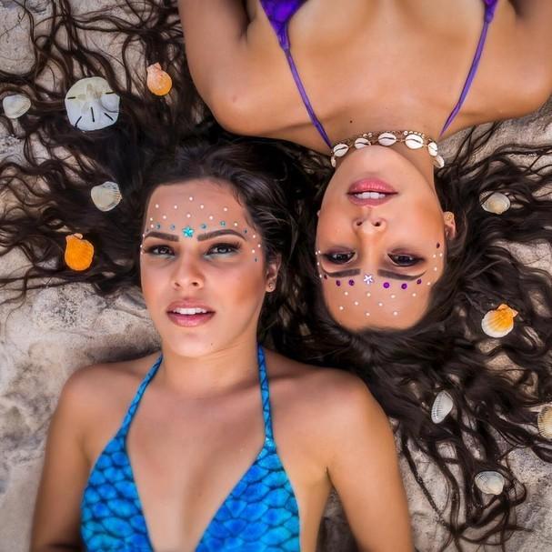 Emilly e Mayla posam para ensaio vestidas de sereias
