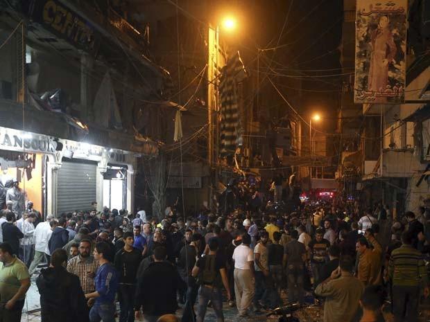 Moradores vão a local de explosão nesta quinta-feira (12) em Beirute (Foto: REUTERS/Hasan Shaaban)