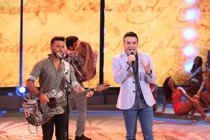 A dupla Marcos e Belutti cantou grandes sucessos no palco do Domingão (Foto: Carol Caminha / Gshow)