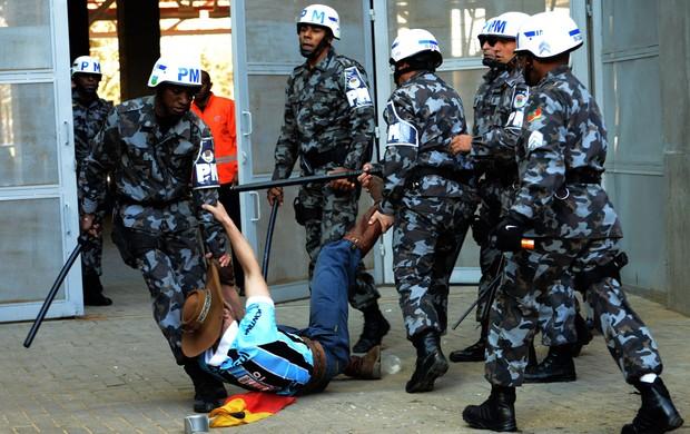 Torcedor grêmio polícia (Foto: Luiz Munhoz / Ag. Estado)