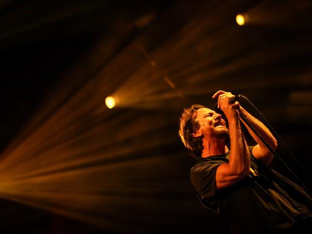 Eddie Vedder, vocalista do Pearl Jam, comanda a banda durante show no Estádio do Morumbi, em São Paulo (Foto: Fabio Tito / G1)