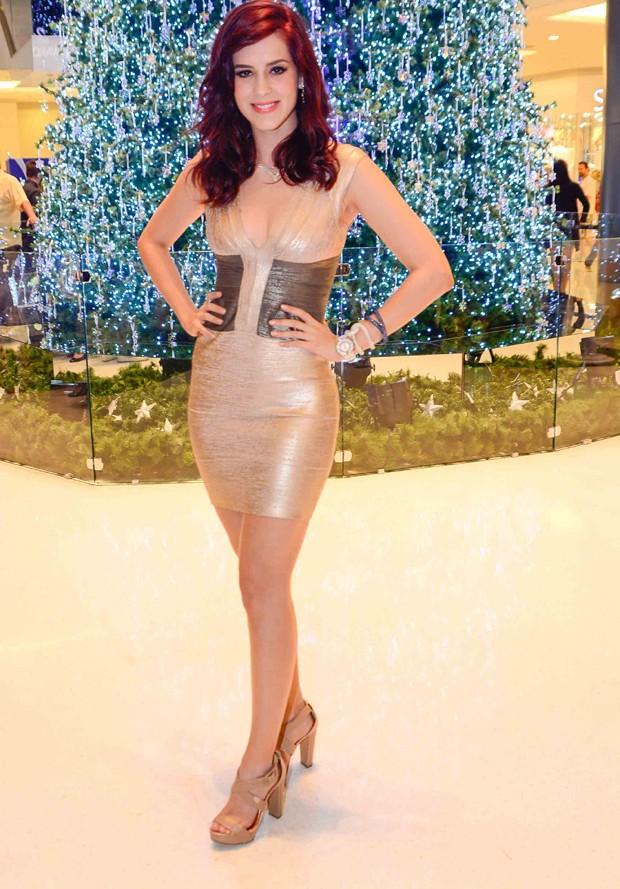 Sophia Abrahão capricha no decote em look justinho