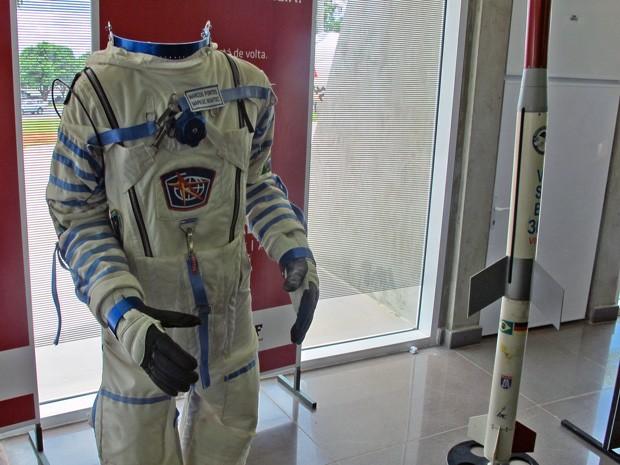 Exposição no Planetário de Brasília conta com roupa utilizada pelo astronauta brasileiro Marcos Pontes (Foto: Lucas Salomão/G1)