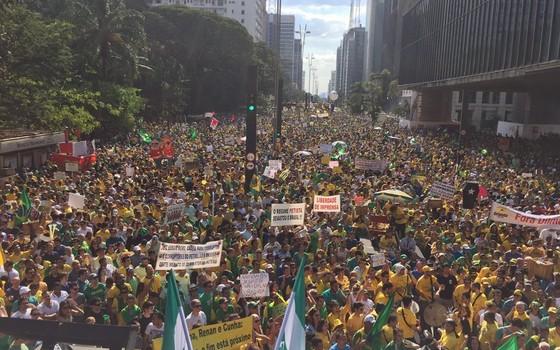 Vista do alto do carro de som do MBL em frente ao MASP, na Avenida Paulista (Foto: Bruno Ferrari)