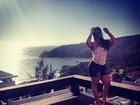 De shorts, Mulher Melancia mostra curvas voluptuosas em rede social