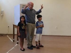 Serra votou com os netos em São Paulo (Foto: Helton Simões Gomes/G1)