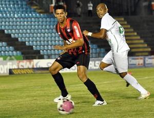 Zagueiro Naldo, do Atlético-PR, contra o Ipatinga (Foto: Gustavo Oliveira/Site oficial do Atlético-PR)