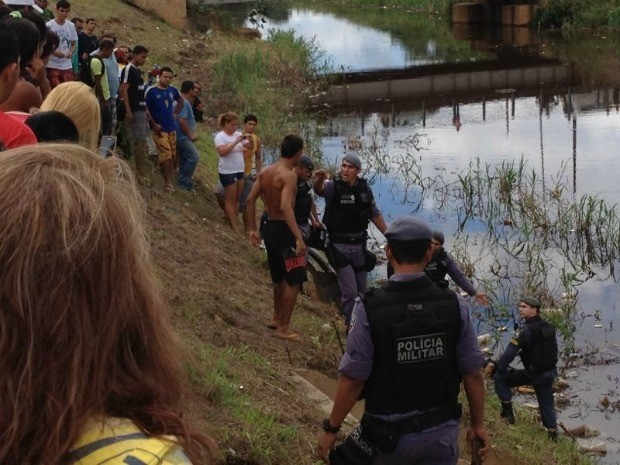 Corpo de dois homens apareceram boiando em igarapé na Avenida Brasil, Zona Oeste de Manaus (Foto: G1 Amazonas)