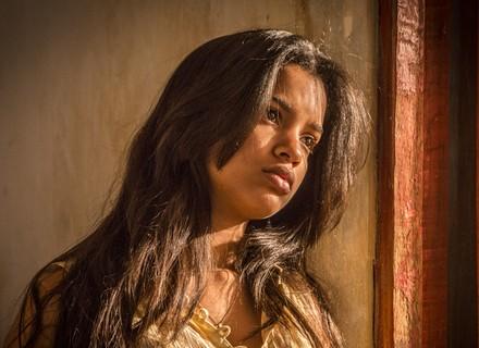 Isabel confronta Santo após ver clima de intimidade com Tereza