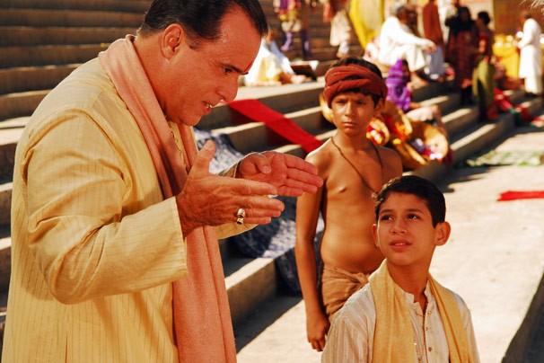 Opash (Tony Ramos) leva seus filhos Raj e Amitav para conhecer o rio Ganga (Foto: CEDOC Globo)